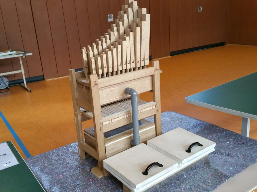 Die von den Kindern zusammengesetzte Orgel