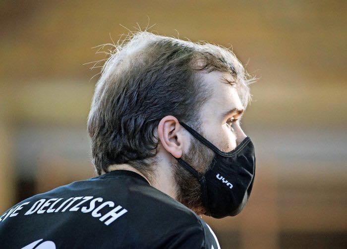 Mann mit Maske: Felipe Glaser im Spiel seiner Delitzscher gegen die Volley Youngstars Friedrichshafen. Foto: Alexander Prautzsch