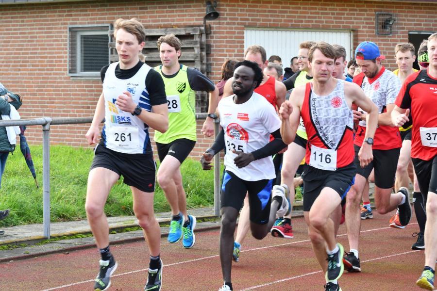 Start der 5,1 und 9,8 km Läuferinnen und Läufer mit dem späteren Sieger im 9,8 km lauf Abdalla Abdelmajeed  (Start-Nr.: 835)