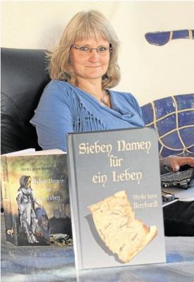 Monika Janine Bernhardt auf dem Platz, an dem sie den größten Teil ihres Buchs schrieb: im Wohnzimmer, im Sessel, mit dem Notebook auf den Knien. Ihr nächstes Werk hat sie zurzeit in Arbeit. Foto: Uli Pohl