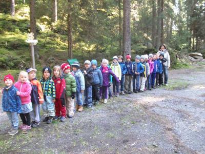 Foto zur Meldung: Wandertag der 1. Klasse mit den Vorschulkindern des Kindergarten Spatzennest