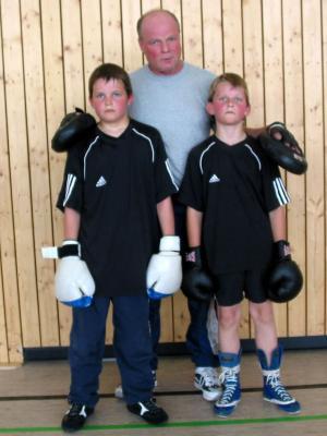 Paul Kästner mit dem jüngeren Bruder Felix und Trainer Wilfried Günther