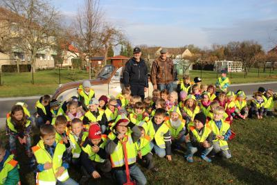 Foto zur Meldung: Grundschüler pflanzen Klassenbaum