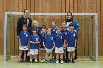 Nina Nixdorf und Elena Fuchs mit den Handballminis des TV