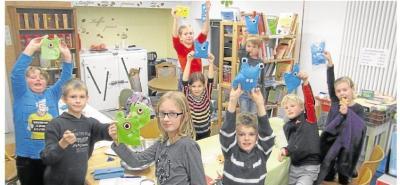 Foto zur Meldung: Kreative Kinder beim herbstlichen Basteln in der Gemeindebücherei Oberneisen