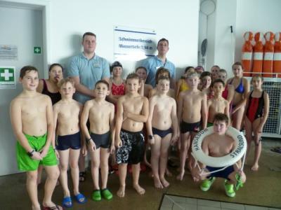 Foto zur Meldung: Patenklasse schwimmt sich fit