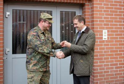 Foto zu Meldung: Schlüsselübergabe an den Landkreis Potsdam-Mittelmark –  Fläming-Kaserne bald Unterkunft für 179 Flüchtlinge und Asylbewerber