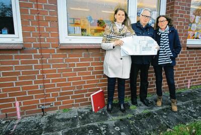 Maren Storjohann, Freek Fischer und Angelika Wendt (v.l.) stehen genau dort, wo der Anbau erfolgen soll.