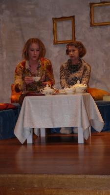 Auch wenn sich Hannah (Liza Riemann) noch so sehr bemüht, die Fotos in den Alben werden für ihre Mutter Martha (Christine Reitmeier) immer inhaltsleerer, wie die Bilderrahmen an der Wand.