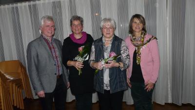 Mit Dank und einer Ehrung wurden Margot Sautter und Christiane Schiller verabschiedet; auf dem Foto eingerahmt von Konrad Fluhr und Bianka Mosch, den beiden Koordinatoren des ambulanten Hospizdienstes des Hospizvereins Tettnang.(Foto: Günther Peternek)