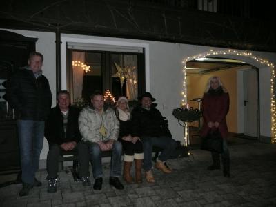 Die ersten Besucher freuen sich auf den Glühwein