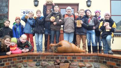 Foto zur Meldung: Spannend – Interessant – Klasse – Fünftklässler zu Gast bei SIK-Holz