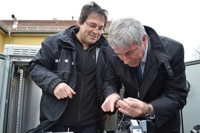 Die letzten Handgriffe, um das Stadtzentrum und das Gewerbegebiet Süd mit schnellerem Internet zu versorgen, erledigte der Bürgermeister Heiko Müller gleich selbst.