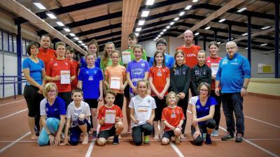 Foto zur Meldung: Sportabzeichen an Vereinsmitglieder übergeben