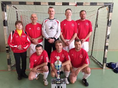 Mannschaft mit Siegerpokal