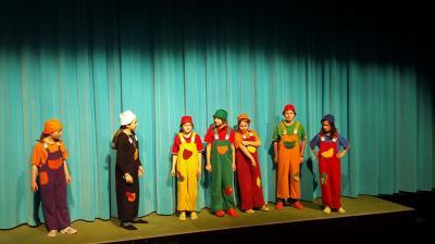 Foto zur Meldung: Erstes Sonntagsmärchen im neuen Jahr: Schneewittchens Zwerge auf  der großen Bühne