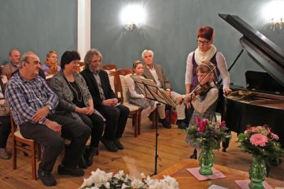 Foto zu Meldung: Künstlerin Katrin Berndt stellt im Rathaus aus