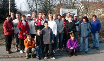 Vor der Abfahrt mit den PKW stellen sich die Wanderfreunde zu denen in Waltersdorf weitere dazukommen
