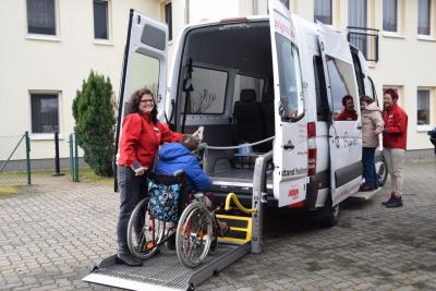 Foto zur Meldung: Übergabe des Bus an die AWO Heilpädagogische Wohnstätte