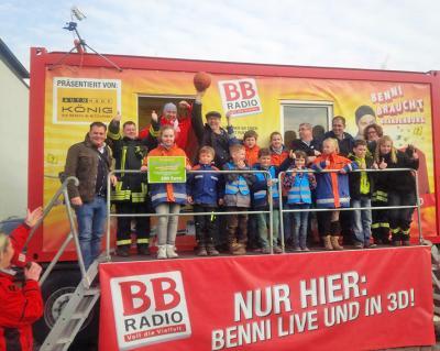 Foto zu Meldung: Stadtwette gewonnen – BB-Radio spendet an Jugendfeuerwehr