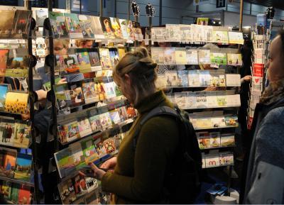Die Inkognito GmbH, 1984 von  Michael Etter gegründet, hat ihren Sitz in Berlin-Mitte und bot auf der Buchmesse  ein buntes, witziges, bissiges, frohlustiges Kartenprogramm zum Stöbern an.
