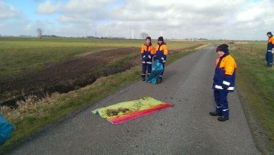 Foto zur Meldung: Feuerwehr und Jugendfeuerwehr unterstützen beim Dorfputz