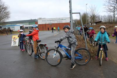 Foto zur Meldung: Kinder meistern mit Geschick den Parcours
