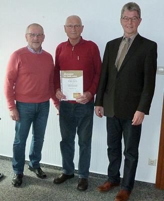 Foto zur Meldung: Ehrenamtskarte an Paul Urlaß überreicht