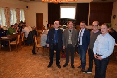 Hagen Billerbek als Ansprechpartner für das Sanierungsmanagement und zusammen mit Gerrit Müller-Rüster (Krawatte, gleiche Fa.) und dem Vorstand der Nahwärmeversorgung Schafflund
