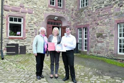 Vorschaubild zur Meldung: Sparkasse spendet für das Schloß in Klosterrode
