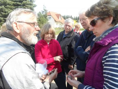 Achim Hiller (re.) erklärt die seltsamen Steinfunde aus Rogätz.