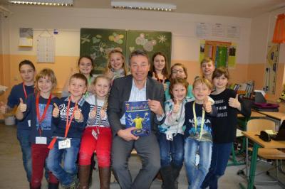 Foto zur Meldung: Bildungsminister Günter Baaske besuchte die  Grund-und Oberschule Schenkenland