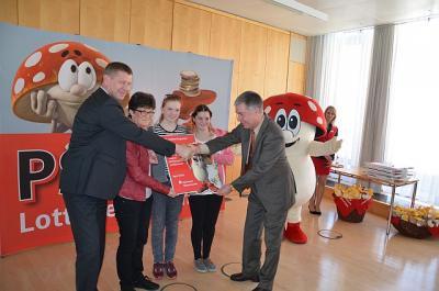 Foto zur Meldung: Landkreis und Sparkasse unterstützen Schulen im Kampf gegen das Rauchen