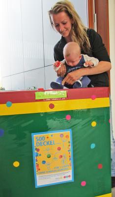 Daria Zupke macht mit Finley-Adrian den Anfang und spendet ihre ersten »Deckel gegen Polio«.