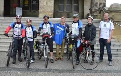 Gotthard Poorten (m) begrüßt das Radlerteam am Rathaus. I Foto: Lena Schlink