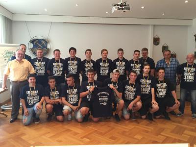Foto zur Meldung: Meistermannschaft der JFG Hammersee trägt sich ins Goldene Buch ein