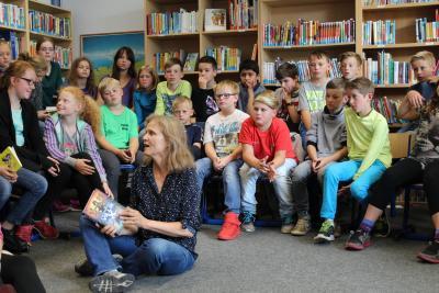 Foto zur Meldung: Kinder fragen Autorin Löcher in den Bauch