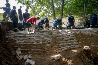 Foto zu Meldung: THW - Einsatzkräfte vom Ortsverband Pirna und Dippoldiswalde errichten Damm mit Sandsäcken in Dittersbach.