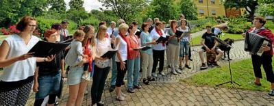 """Die """"Vereinten Chöre"""" mit ihrem musikalischen Gruß an die Bundesbewertungskommission. Foto: Peter Michaelis"""