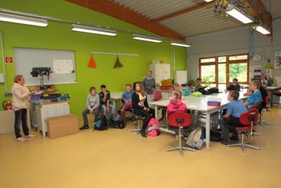 Aufmerksam folgten die Kinder der 6a den Erklärungen von Birgit Westphal-Köbke.  Foto: sd