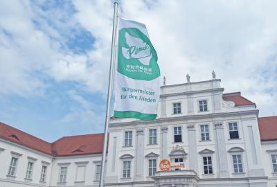 Foto zu Meldung: Flagge gezeigt: Bürgermeister für den Frieden