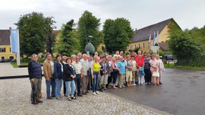 Vor der Klostergaststätte Raitenhaslach