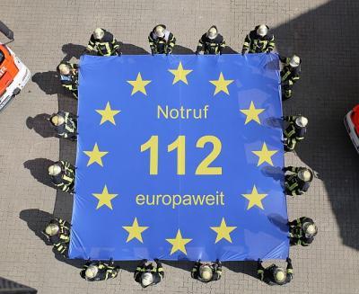 """Über die """"112"""" werden Menschen im Notfall wie mit einem """"Sprungtuch"""" aufgefangen. Hinter der 112 stehen europaweit Menschen und Dienste bereit, um anderen Menschen mit einem hohen persönlichen Einsatz zu helfen oder deren Leben zu retten. (Foto: Pressefot"""