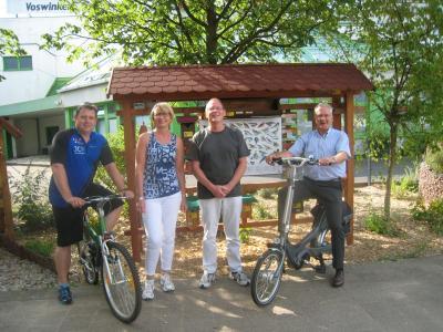 (von links) Lars Kauer (Stadtradel-Star), Michaela Krone Samer (Stadtradel-Star), Jürgen Frank (Vertreter der Schottener Soziale Dienste gGmbH) zusammen mit Bürgermeister Andreas Weiher