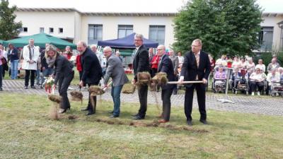 Foto zu Meldung: Erster Spatenstich für die Erweiterung des DRK Seniorenpflegeheimes Paul-Wilhelm-Kraul-Haus in Velpke