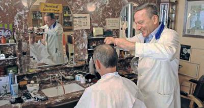 """Peter Müller, Chef des Fördervereins """"Historisches Friseurhaus"""", legte am Samstag selbst Hand an und erschnippelte Geld für einen guten Zweck."""