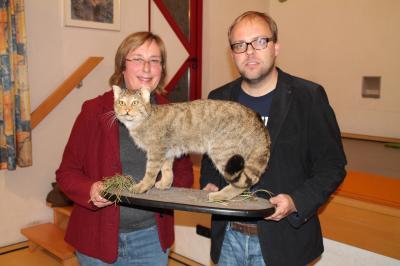 Barbara Fiselius und Dr. Karsten Nowak mit der Wildkatze.