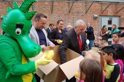 Foto zur Meldung: Erstklässler erhalten Bio-Brotboxen aus der Hand des Ministers Dr. Backhaus