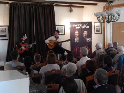 Foto zu Meldung: Auf Gitarrensaiten um die Welt