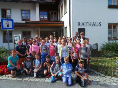 Die Schüler und Schülerinnen aus Toszek mit ihren Lehrerinnen Alexandra (hintere Reihe, 3. von links), Aneta (vordere Reihe, 1. von links) und Anna (hinten rechts vor 1. Bürgermeister Eduard Schmid) vor dem Rathaus in Hohenau